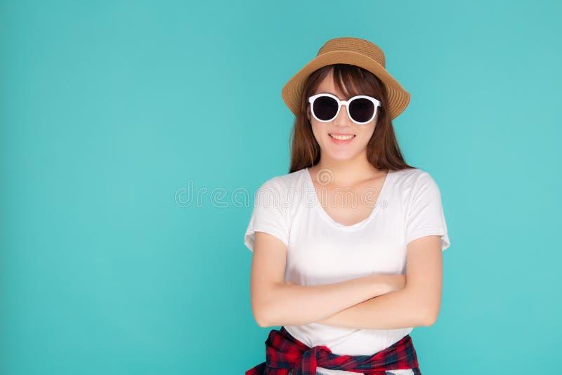 De mooie de slijtagehoed en de zonnebril die van de portret jonge Aziatische vrouw zekere uitdrukking glimlachen genieten van de  royalty-vrije stock afbeeldingen
