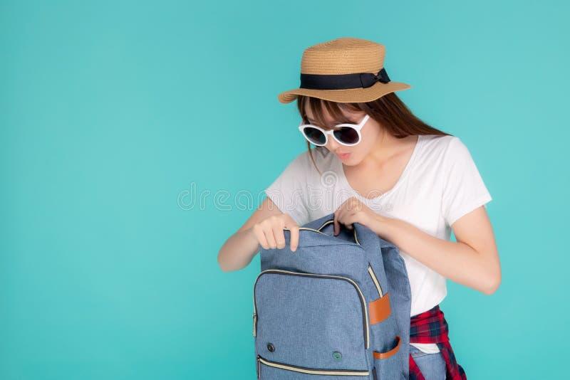 De mooie de slijtagezonnebril en de hoed die van de portret jonge Aziatische vrouw open rugzak glimlachen reizen de vakantie van  royalty-vrije stock foto