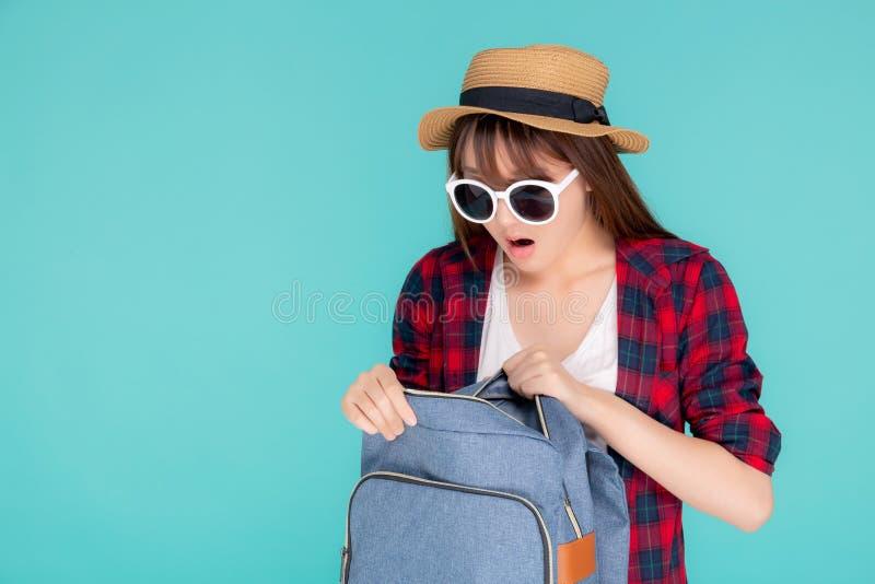 De mooie de slijtagezonnebril van de portret jonge Aziatische vrouw en de de hoeden open rugzak en verrassing reizen de vakantie  stock fotografie