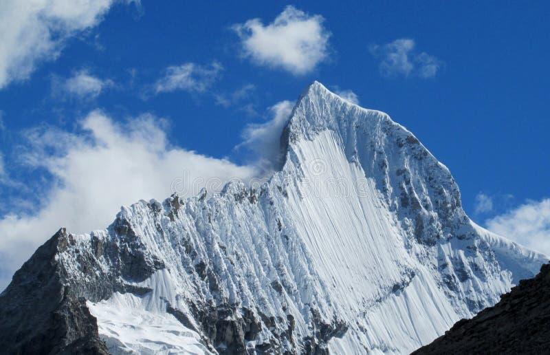 De mooie sneeuw behandelde hoge bergbovenkant in Huascaran, Peru stock afbeelding