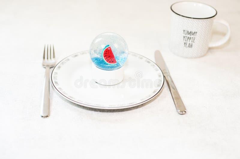 De mooie sneeuwbal met watermeloen en schittert binnen stock foto's