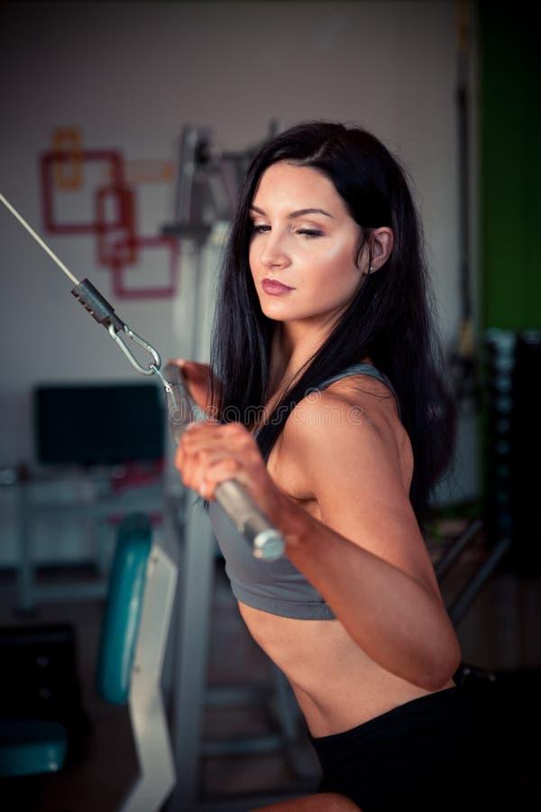 Download De Mooie Spaanse Vrouw Werkt In Geschiktheidsgymnastiek Uit Stock Foto - Afbeelding bestaande uit actief, partner: 107708792