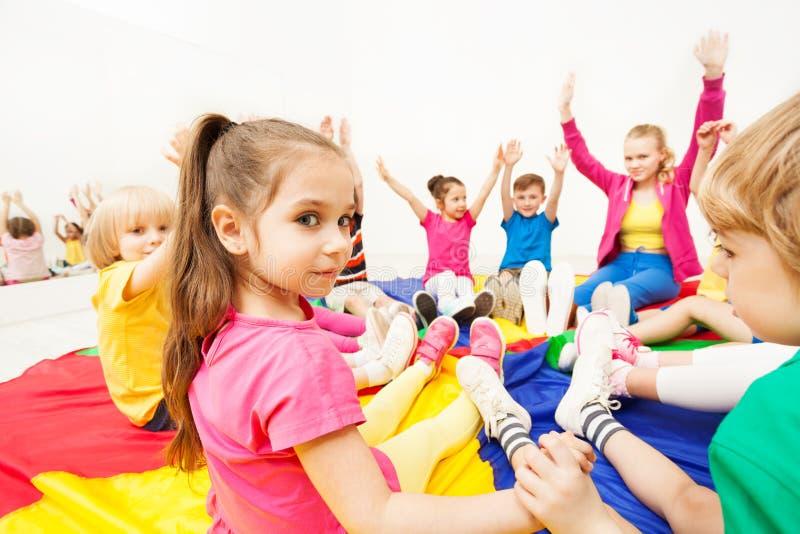 De mooie spelen van de meisjes speelcirkel met vrienden stock afbeelding