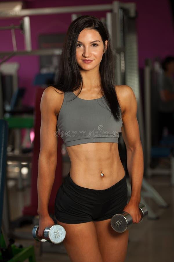 Download De Mooie Sportieve Vrouw Werkt Haar Wapens In Geschiktheidsgymnastiek Uit Stock Foto - Afbeelding bestaande uit mooi, sporty: 107708998
