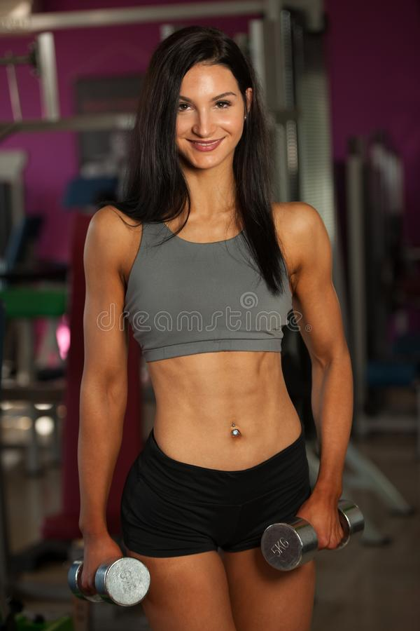Download De Mooie Sportieve Vrouw Werkt Haar Wapens In Geschiktheidsgymnastiek Uit Stock Afbeelding - Afbeelding bestaande uit sterk, spieren: 107709193