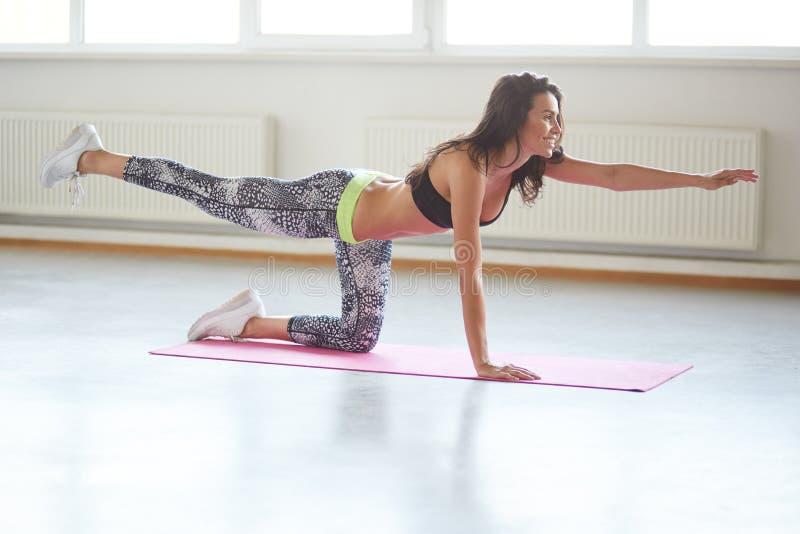 De mooie sportieve yoga van meisjespraktijken stock afbeelding