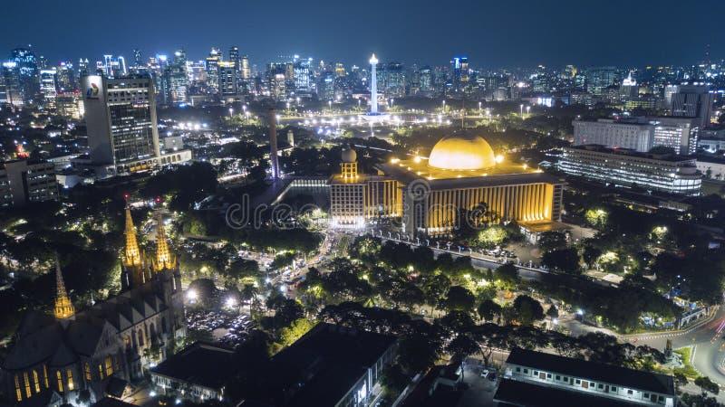 De mooie stad van Djakarta met gloeiende wolkenkrabber bij nacht royalty-vrije stock foto