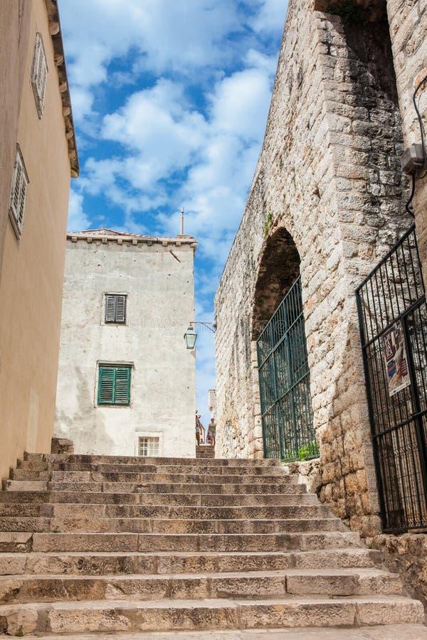 De mooie steile stegen bij de ommuurde oude stad van Dubrovnik stock fotografie