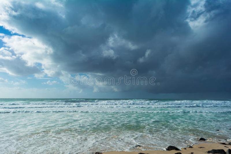 De mooie stormachtige hemel met wolken op het strand in Australië stock afbeeldingen