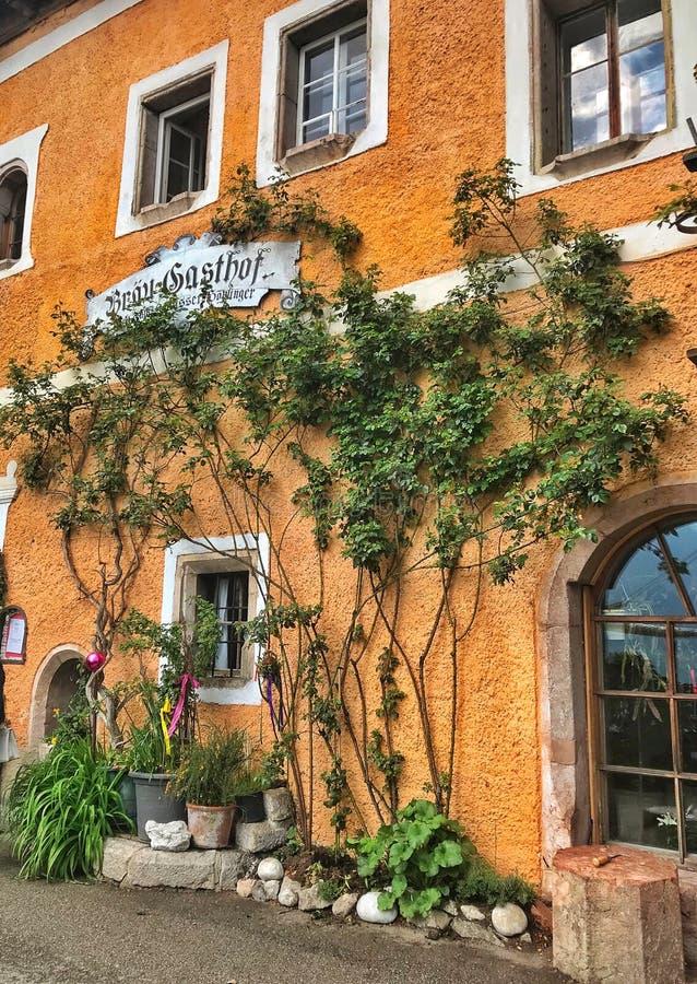 De mooie straat met mooie mening in het verbazen van Oostenrijk stock foto