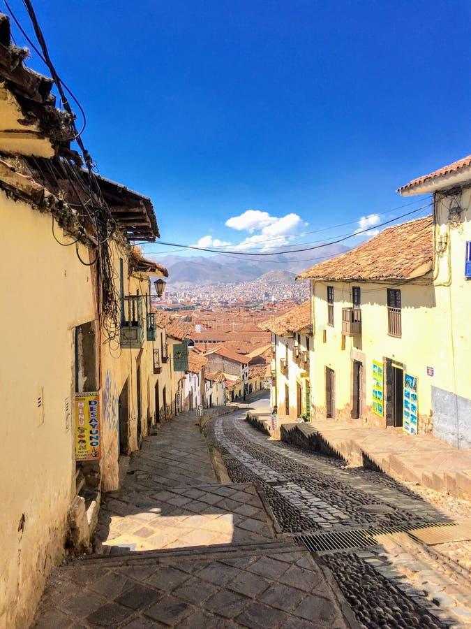 De mooie straten van Cusco, Peru worden gemaakt uit kei en met kostbare, antieke deuren versierd stock foto