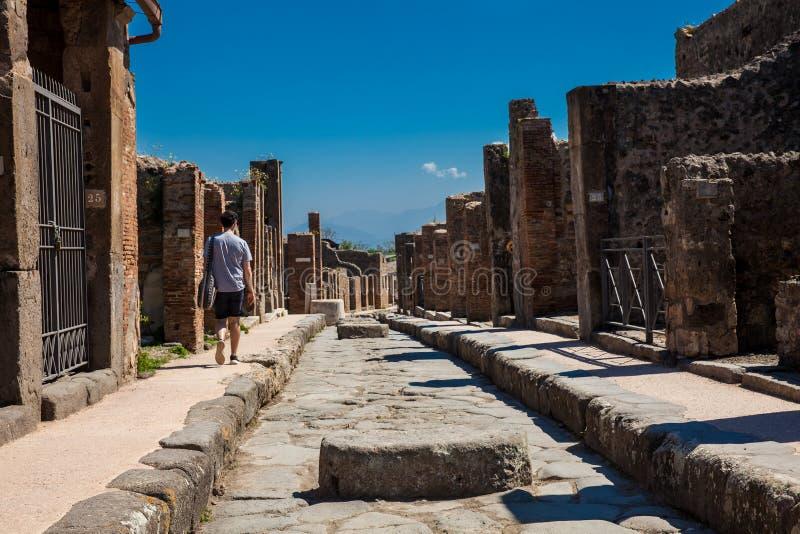 De mooie straten van Pompei dat van grote blokken van zwarte vulkanische rotsen wordt gemaakt stock afbeelding