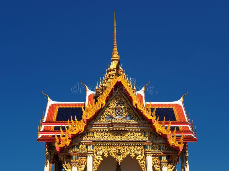 De mooie Thaise tempel Wat Thepnimit stijgt in blauwe hemel stock foto's