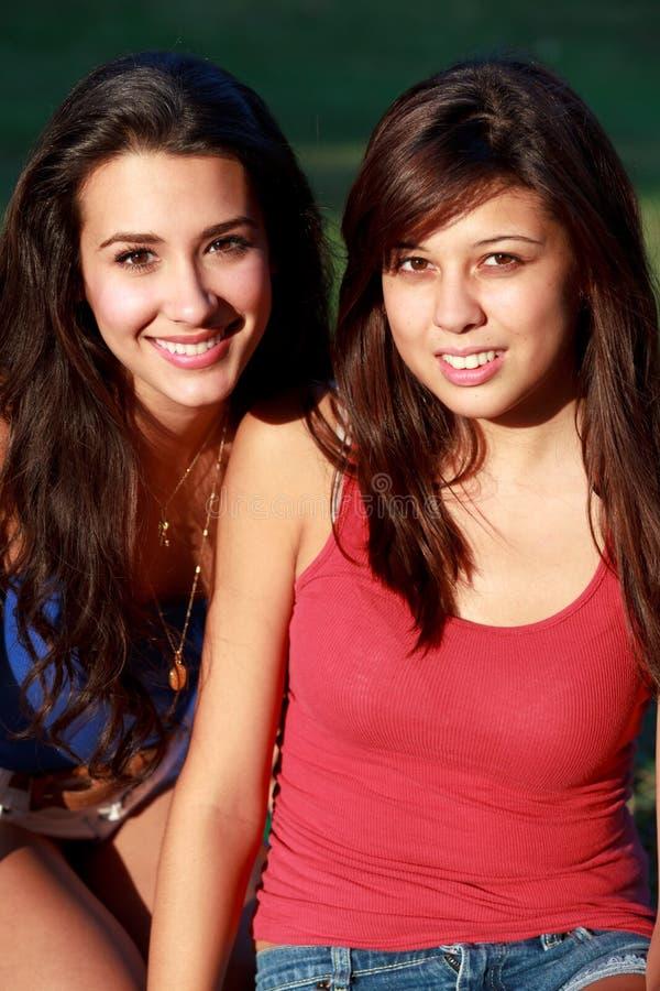 De mooie Tieners die van de Universiteit van het Leven van de Campus genieten stock foto