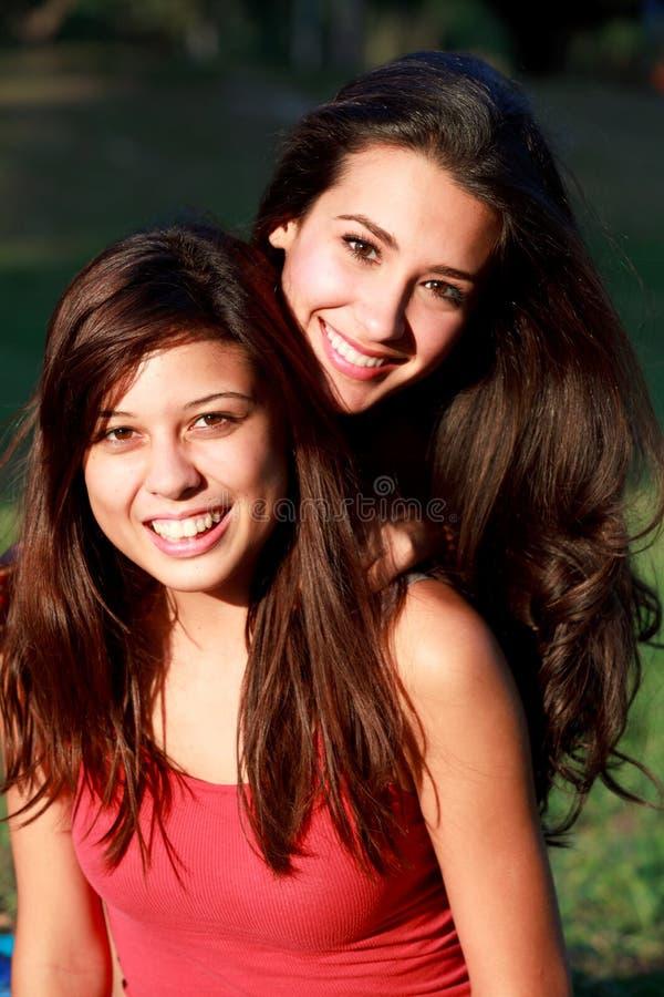De mooie Tieners die van de Universiteit van het Leven van de Campus genieten royalty-vrije stock afbeelding