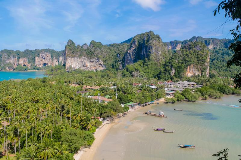 De mooie toneelbaai van kalksteeneilanden in Phi Phi in Krabi, Thailand stock afbeeldingen