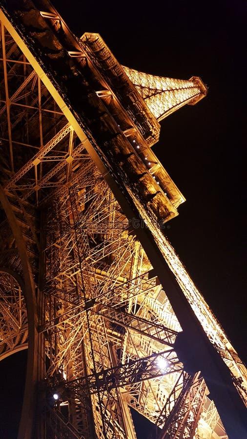 De mooie toren van Eiffel bij de nacht stock foto