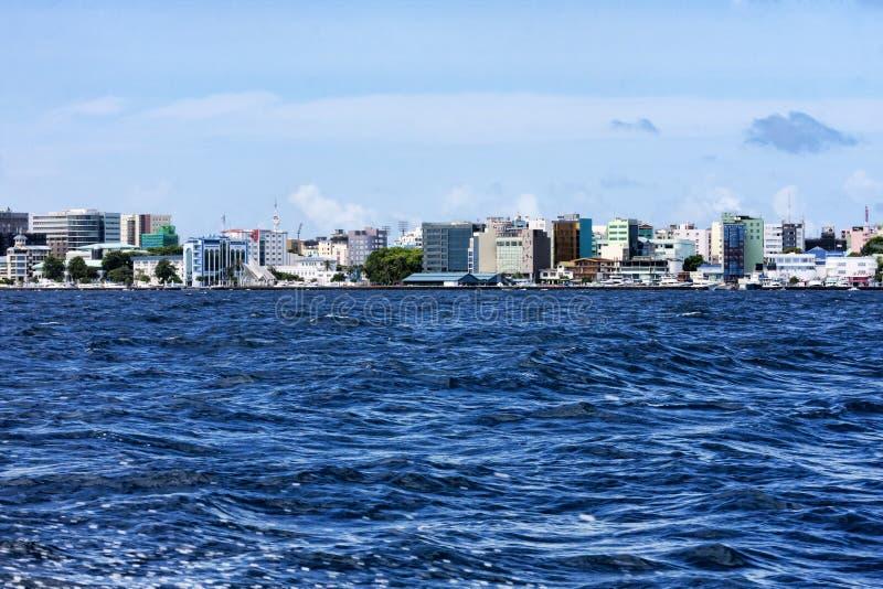 De mooie tropische blauwe oceaan en de horizon van stad Malé in de eilanden van de Maldiven schoten van motorboot stock afbeelding