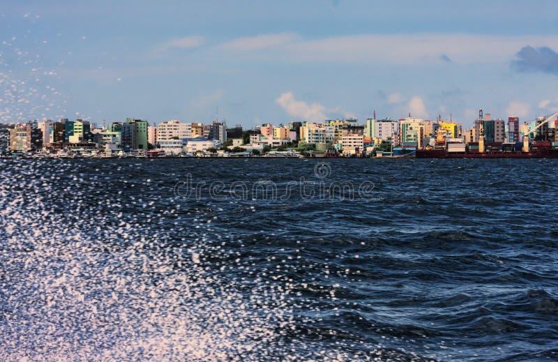 De mooie tropische blauwe oceaan en de horizon van stad Malé in de eilanden van de Maldiven schoten van motorboot royalty-vrije stock afbeeldingen