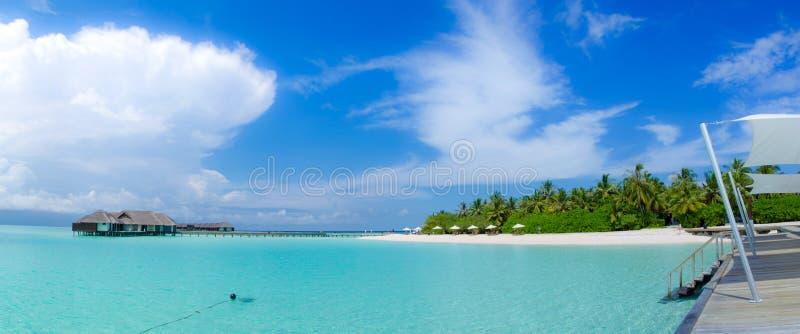 De mooie tropische mening van het strandpanorama in de Maldiven royalty-vrije stock foto's