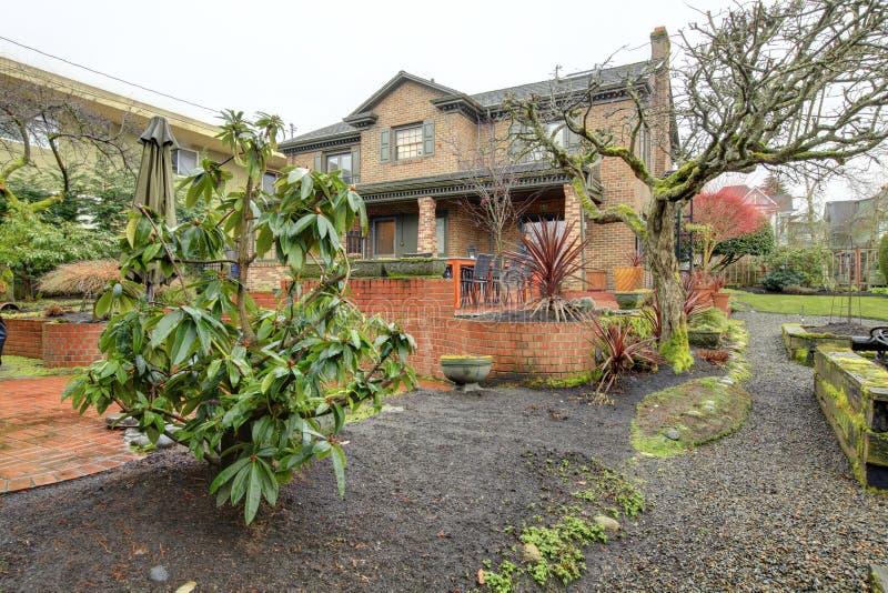 De mooie tuin van de de lentebinnenplaats na regen royalty-vrije stock afbeelding
