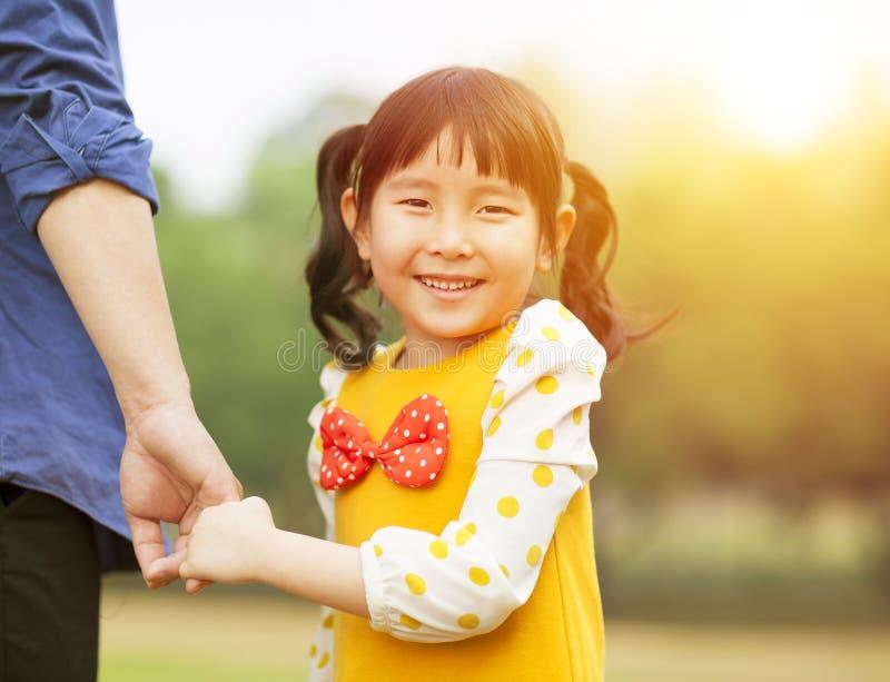 Download De Mooie Vader Van De Meisjesgreep Dient Het Park In Stock Foto - Afbeelding bestaande uit geluk, achtergrond: 39103312