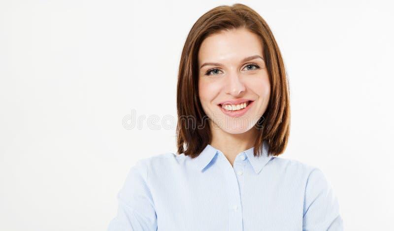 De mooie van het het gezichts dichte omhooggaande portret van de glimlachvrouw jonge studio op wit, donkerbruin meisje stock foto