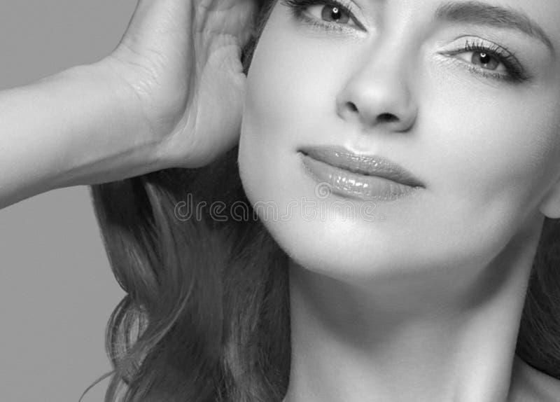 De mooie van het het haarportret van het vrouwenblonde dichte omhooggaande zwart-witte studio stock afbeelding