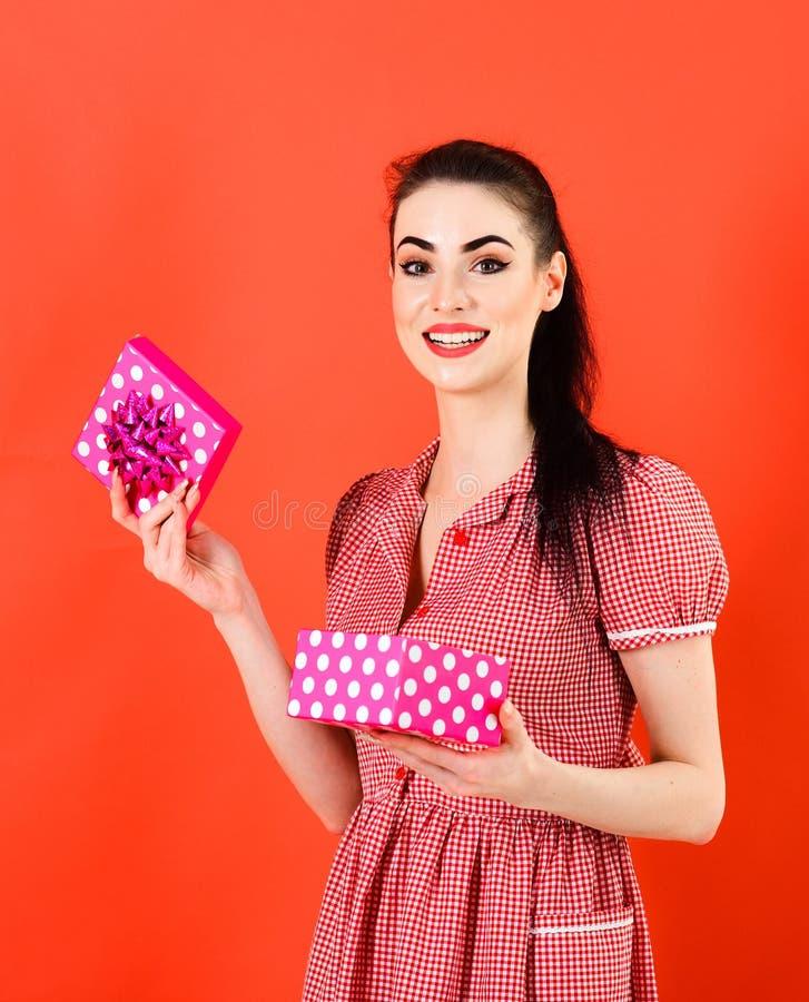De mooie van de het meisjes gelukkige glimlach van vrouwenkerstmis gift van het de greep nieuwe jaar stock fotografie