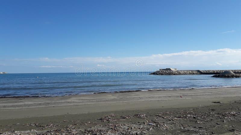 De mooie van overzeese haven meningsrotsen blies hemel zonnige dag stock foto's