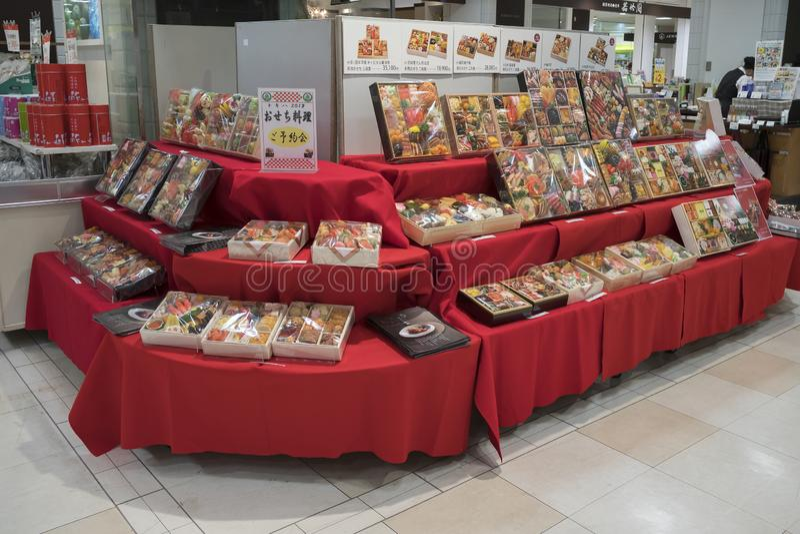 De mooie verpakte giften en stelt met voedsel en fruit in de supermarkt van de afdeling voor stock afbeeldingen