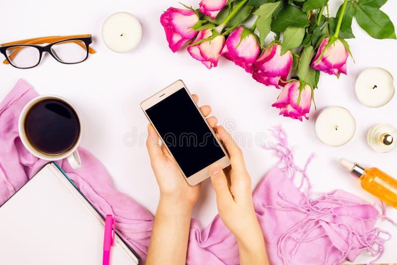 De mooie vlakte legt met bloemen, kop thee, kaarsen, glazen en andere toebehoren stock afbeeldingen