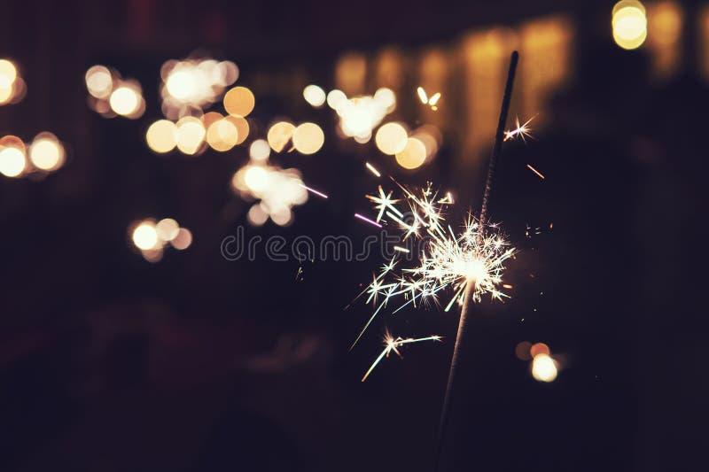 De mooie vlam van het sterretjevuurwerk op zwarte achtergrond Heldere de lichtenvonk van Bengalen in de duisternis Het nachtvuurw stock foto