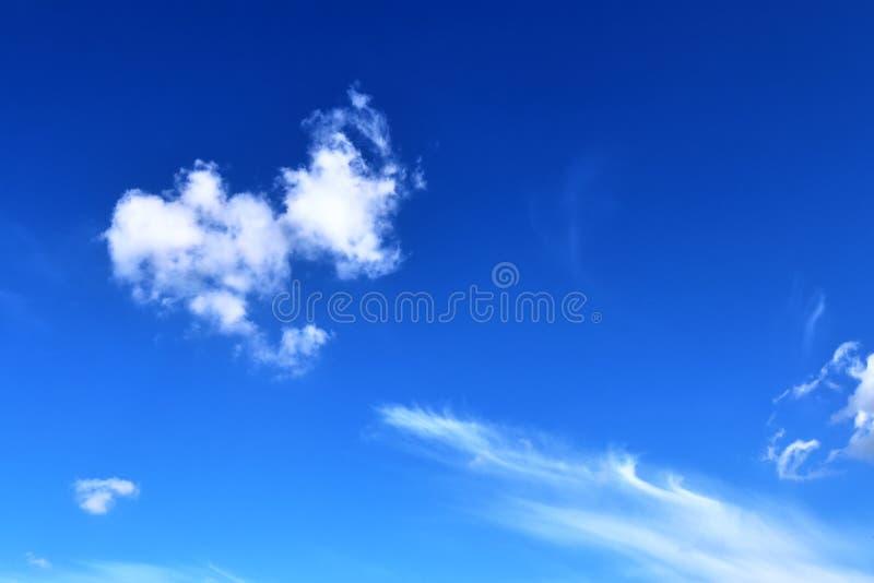 De mooie vormingen van de cirruswolk in een diepe blauwe hemel royalty-vrije stock afbeelding