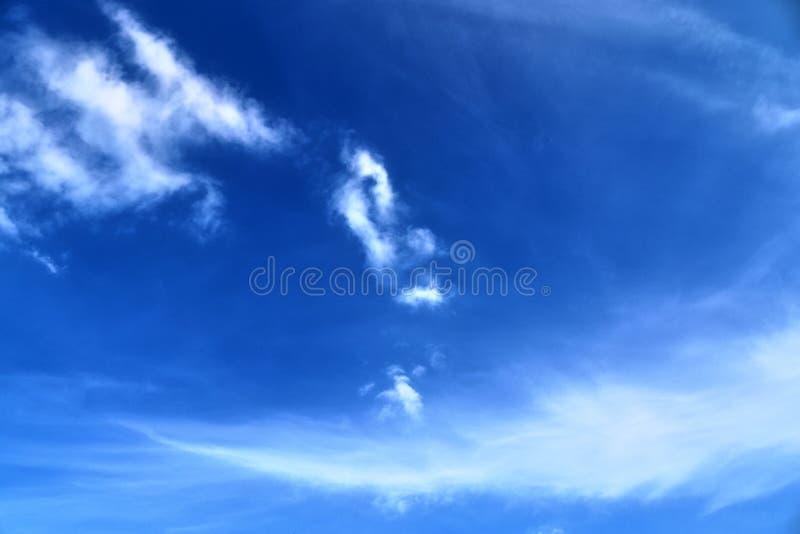 De mooie vormingen van de cirruswolk in een diepe blauwe hemel stock afbeeldingen