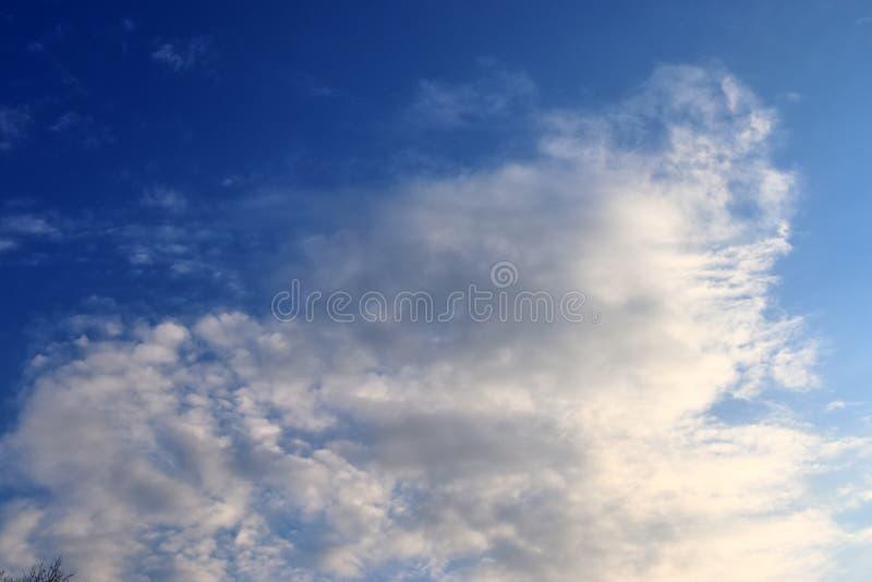De mooie vormingen van de zonsondergangwolk op een oranje en blauwe hemel royalty-vrije stock afbeeldingen