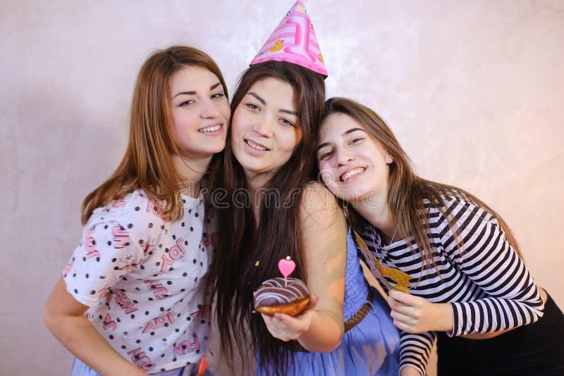 De mooie vriendschappelijke meisjes vieren verjaardag van hun vrouwelijke vrienden royalty-vrije stock foto