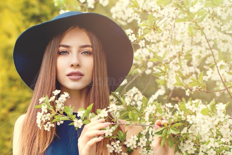 De mooie vrouw in blauwe hoed springt in openlucht portret op royalty-vrije stock afbeelding