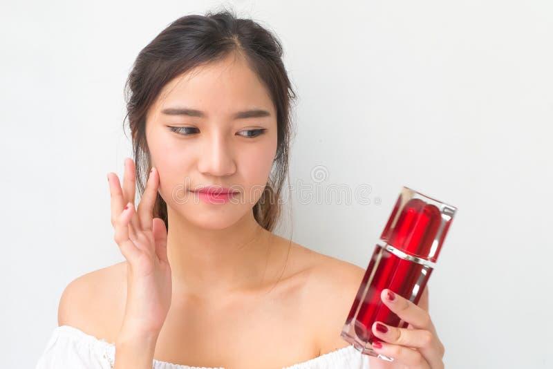 De mooie vrouw die kosmetische room toepassen, solated met het knippen van pa royalty-vrije stock afbeeldingen