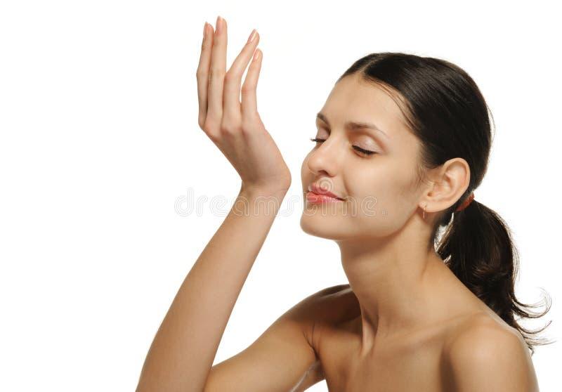 De mooie vrouw die van aroma van parfum geniet royalty-vrije stock foto's