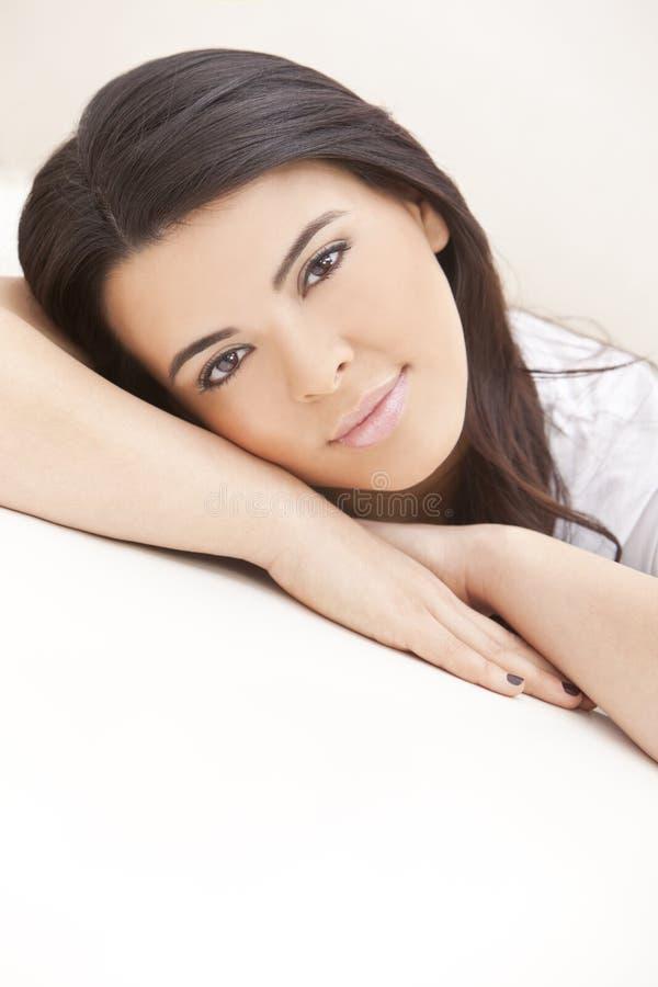 De mooie Vrouw die van Latina op Haar Handen rust stock fotografie