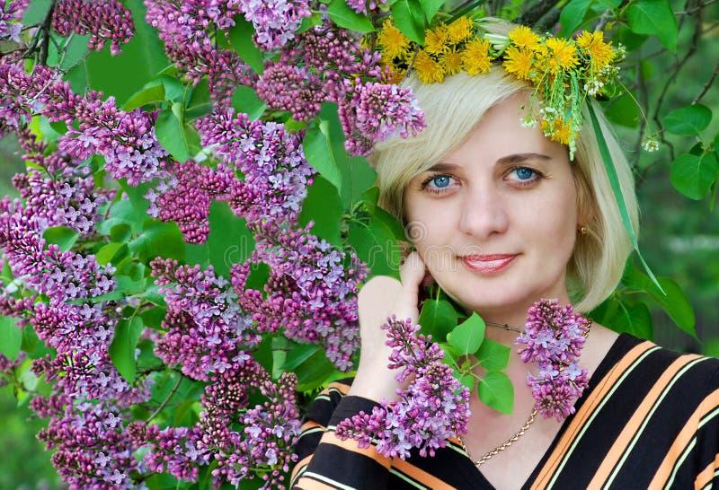 Download De Mooie Vrouw Droeg Een Kroon Van Bloemen Stock Afbeelding - Afbeelding bestaande uit haar, minder: 29509297