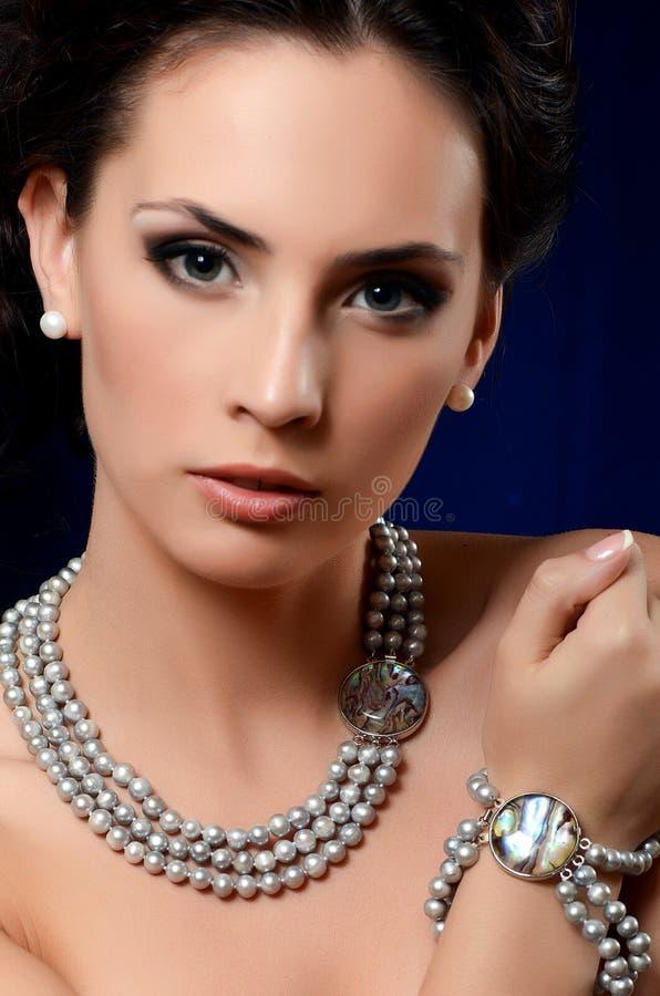 De mooie vrouw in dure tegenhanger royalty-vrije stock fotografie