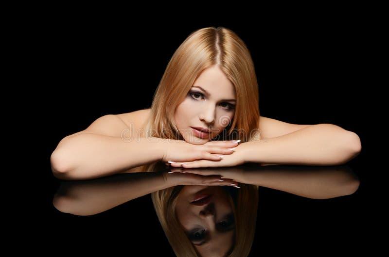 Een foto van de mooie sensuele vrouw met lang haar royalty-vrije stock afbeelding