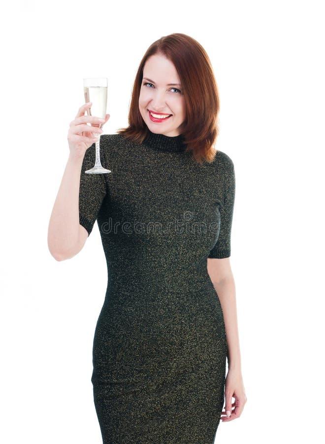De mooie vrouw in een weinig zwarte die kleding drinkt een wijn op wh wordt geïsoleerd stock foto's