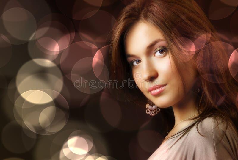 De mooie vrouw en aantrekkingskrachtlichten van de stadsnacht royalty-vrije stock fotografie