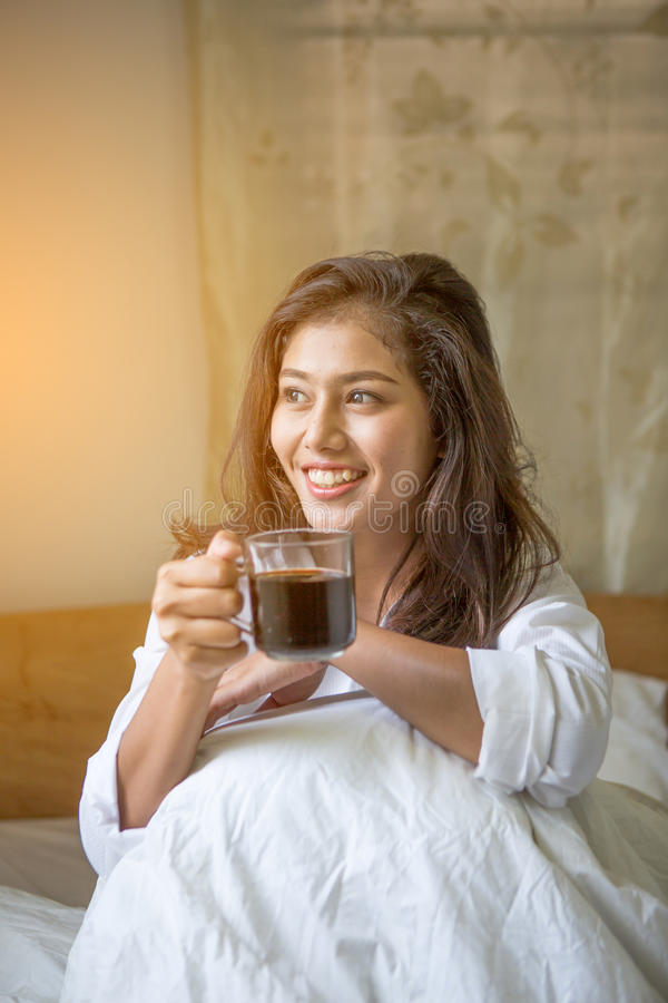 De mooie vrouw heeft koffie royalty-vrije stock foto's