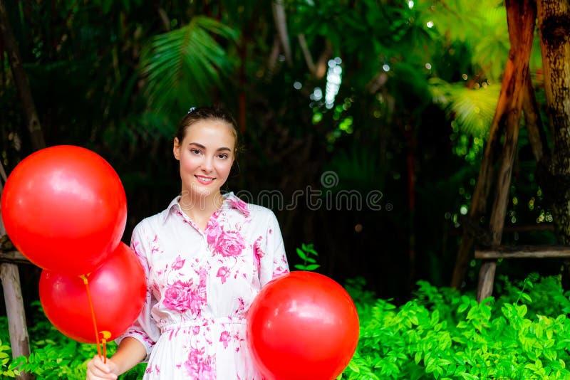 De mooie vrouw heeft partij in mooi park Mooi charmeren stock fotografie