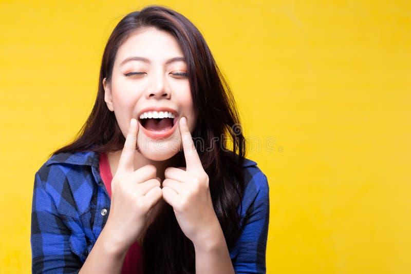 De mooie vrouw heeft mooie tand, witte tanden, aardige tandgroepering De aantrekkelijke mooie jonge dame behandelt zeer tanden stock foto