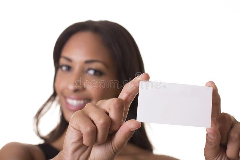 De mooie vrouw houdt een leeg adreskaartje. stock fotografie
